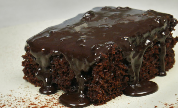 Σοκολατόπιτα ζουμερή χωρίς βούτυρο με γλάσο σοκολάτας (Video)