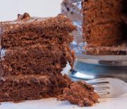 Κέικ σοκολάτας γεμιστό με πραλίνα