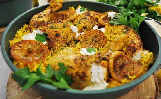 Κοτόπουλο με αρωματικό ρύζι και μυρωδικά στο φούρνο