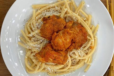 Κοτόπουλο παστιτσάδα με χοντρά μακαρόνια