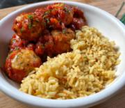 Κεφτεδάκια κοτόπουλου κοκκινιστά με ρύζι