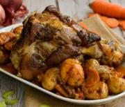 Κότσι χοιρινό στη γάστρα με μελωμένες πατάτες