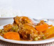 Κοτόπουλο κοκκινιστό με λαχανικά και λουκάνικο