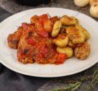 Χοιρινά μπριζολάκια κοκκινιστά με πεντανόστιμες πατατούλες baby