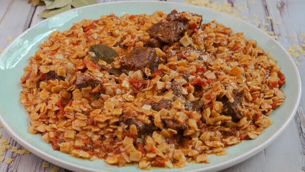 Μοσχαράκι κοκκινιστό με χυλοπιτάκια στη κατσαρόλα