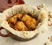 Κοτόπουλο μπούτι με πατάτες μανιτάρια και γραβιέρα στη λαδόκολλα