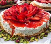 Cheesecake και βάση κανταΐφι φιστίκια Αιγίνης και κουλί φράουλας