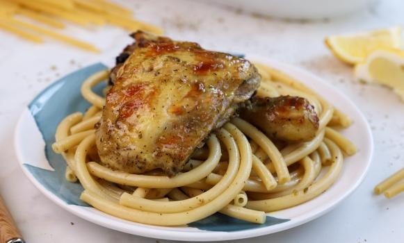 Κοτόπουλο ριγανάτο στο φούρνο και χοντρά μακαρόνια