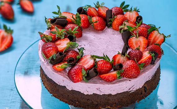 Σοκολατένιο κέικ με φράουλες και μους τυριού-φράουλας (Video)