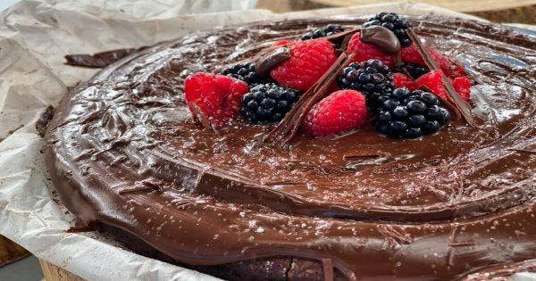 Σοκολατένιο κέικ χωρίς αλεύρι με γλάσο σοκολάτας