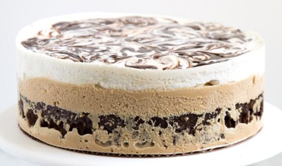 Τούρτα παγωτό βανίλιας και καφέ σε βάση μπράουνις