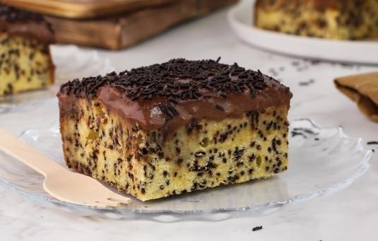 Μυρμηγκάτο το σιροπιαστό κέικ με τρούφα σοκολάτας