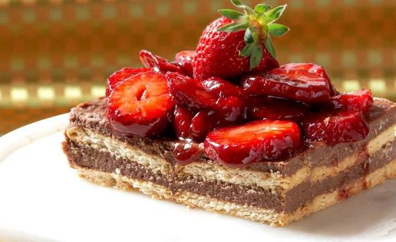 Δροσερό μπισκοτογλυκό με κρέμα σοκολάτας και φράουλες