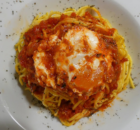 Σπαγγέτι με αυγά ποσέ σε σάλτσα ντομάτας