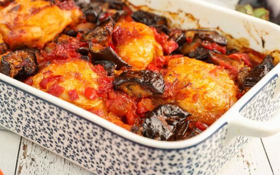 Κοτόπουλο με μελιτζάνες και πιπεριές Φλωρίνης
