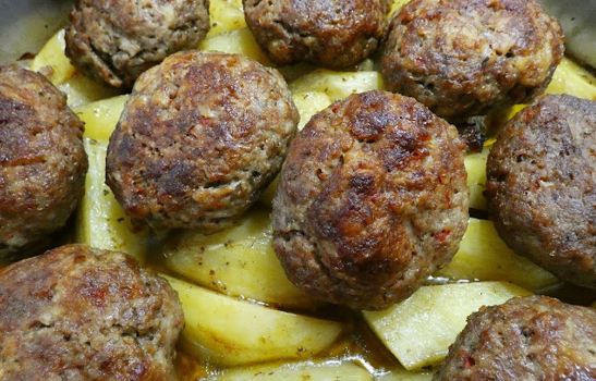 Μπιφτέκια αφράτα και ζουμερά με πατατούλες στο φούρνο